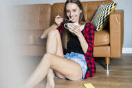 oung woman at home - GIOF06668