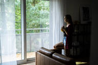 oung woman at home - GIOF06683