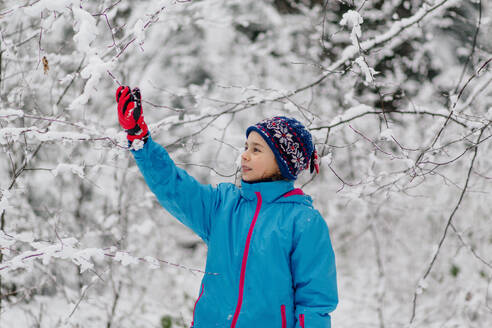 Girl standing in a wintry forest - OGF00021