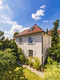 Germany, Baden-Wurttemberg, Stuttgart, Exterior of house in garden - WDF05322