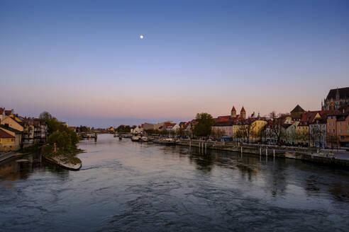 Stadtansicht mit Bootsanlegestelle und Türmen des Bischhöflichen Ordinariats, Donau, Sonnenuntergang, Regensburg, Oberpfalz, Bayern, Deutschland, - LBF02622
