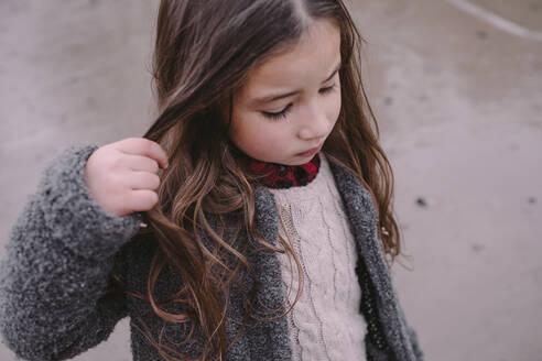 Deutschland, NRW, Köln, das Mädchen am Flußufer spielt mit dem Haar - OGF00046