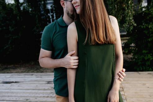 Russland, Ulyanovsk, verliebtes Paar beim Spaziergang, kein Gesicht zu sehen - OGF00055