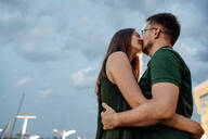 Kissing couple - OGF00064