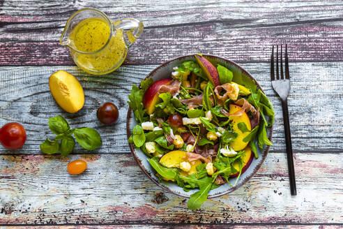 frischer Sommersalat mit Rucola, Nektarinen, Parmaschinken. Tomaten, Mozzarella, Käse-Pops (gepuffter Gouda). Basilikum, Essig-Öl-Dressing, Diät, low carb - SARF04334