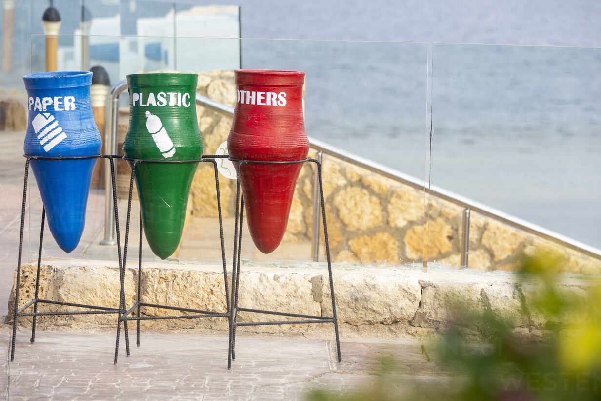 Garbage bins with text at beach in city - NGF00508 - Nadine Ginzel/Westend61