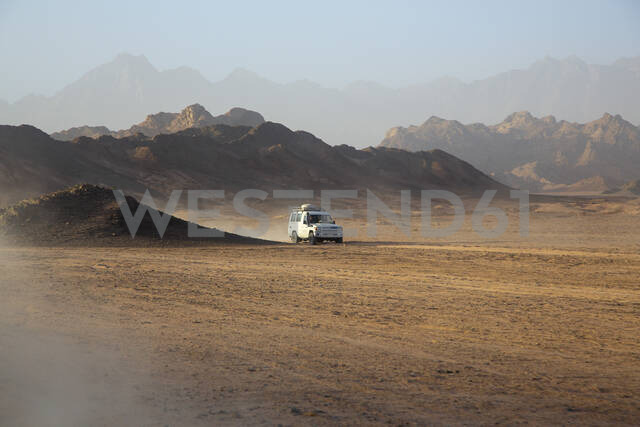 Off-road vehicle on dust in desert against sky during sunset - NGF00511 - Nadine Ginzel/Westend61