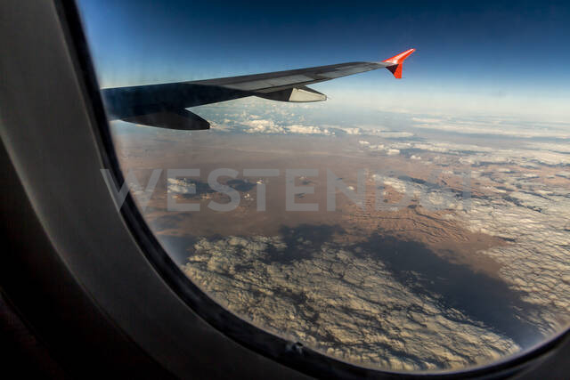 Aircraft wing flying over desert seen through window - NGF00520 - Nadine Ginzel/Westend61