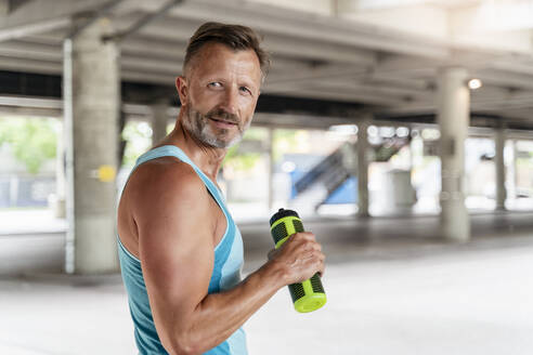 Sporty man with drinking bottle - DIGF07535