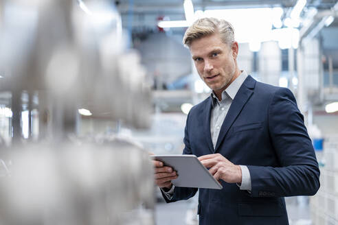 Deutschland, Stuttgart, M43, Industrie, Business, Werkshallen, Porträt mit Tablet - DIGF07565