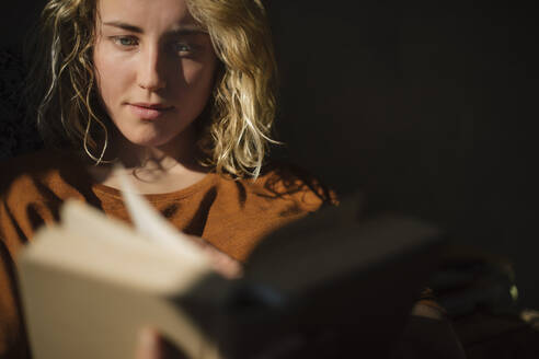Stundentin liest auf dem Bett, Wohnung, Deutschland, Berlin, Studentin im WG-Zimmer - GCF00271