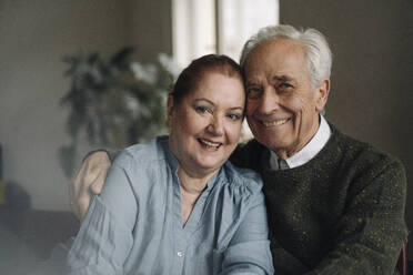 Portrait of happy senior couple at home - GUSF02206