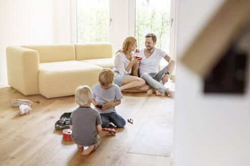 Deutschland, NRW, Köln, junge Familie im neuen Eigenheim - PESF01656