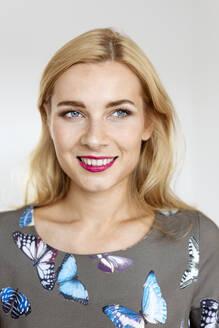 Deutschland, NRW, Köln, Porträt einer jungen Frau - PESF01704