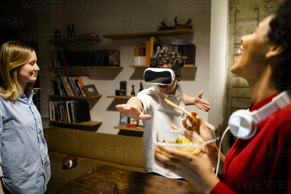 Happy woman with colleague wearing VR glasses in office - GIOF06844 - Giorgio Fochesato/Westend61