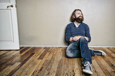 Caucasian man sitting on floor - BLEF10873