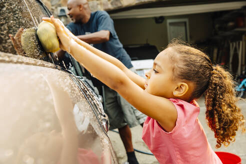Father and daughter washing car - BLEF11203