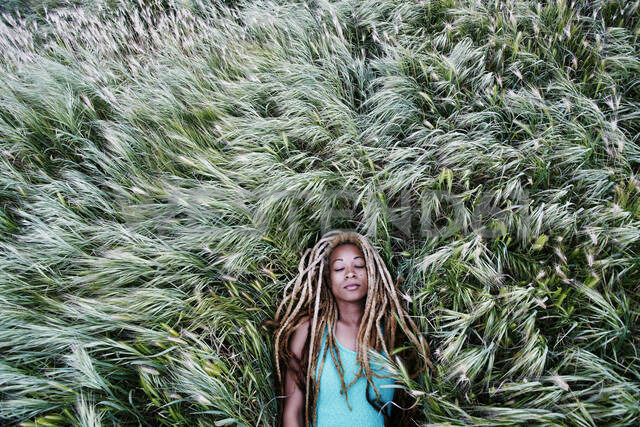 Black woman laying in grass - BLEF11689 - Peathegee Inc/Westend61
