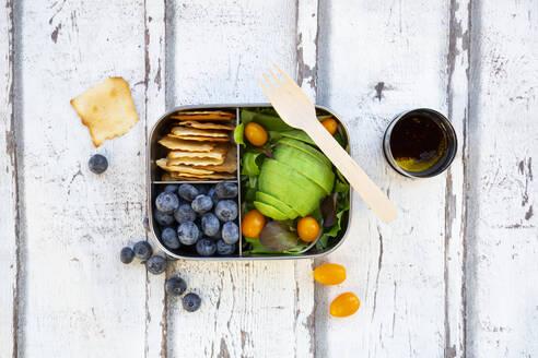 lunchbox/prep meal (gemischter grüner Salat mit Avocado und gelben Tomaten, Cracker, Blaubeeren, Salatsauce), Holzgabel, (alles ohne Platik) - LVF08195