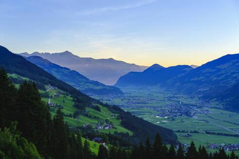 Zillertal mit Finsing bei Sonnenaufgang, Ausblick von Zillertaler Höhenstraße, Tirol, Österreich - SIEF08785