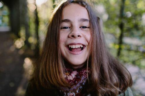 Deutschland, Köln, im Park, Portrait eines lachenden Mädchens - OGF00080