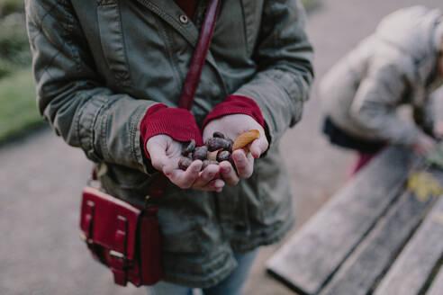 Deutschland, Köln, im Park, das Mädchen Blätter auf der Bank - OGF00083
