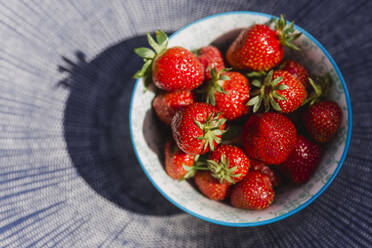 Bowl of strawberries - NMS00342