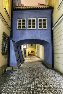 Poland, Warsaw, cobbled Dawna Street on winter evening in the Old Town - ABOF00419