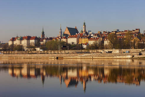 City skyline at sunrise, view across the Vistula River to the Old Town, Warsaw, Poland - ABOF00434