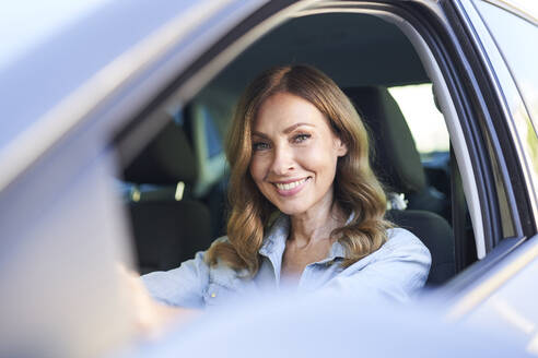 Woman in a car - PNEF01754