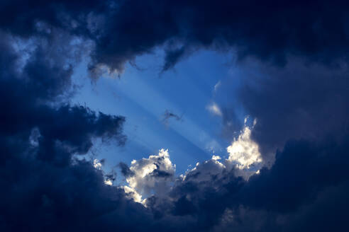 Sunbeams behind clouds - NDF00950