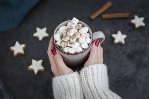 Deutschland, Bayern, Passau, Weihnachten mit Kakao - JUNF01701