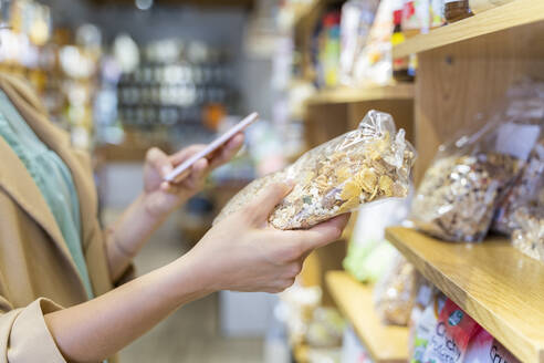 Young woman shopping in a food shop - AFVF03607