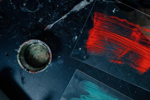 Deutschland, Bonn, im Studio einer Künstlerin, Tisch mit mit Farben, Pinseln und Werkzeug - OGF00092
