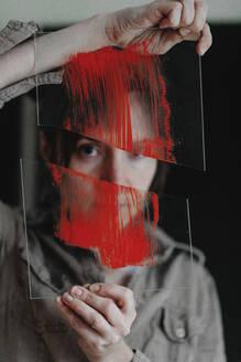 Deutschland, Bonn, im Studio einer Künstlerin, Portrait einer Künstlerin mit Glas - OGF00095