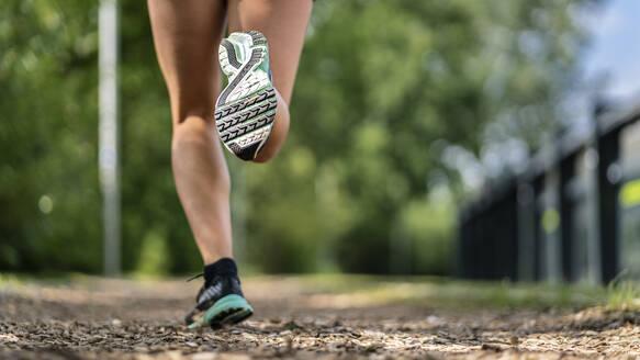 joggen auf Finnenbahn, Detailaufnahme Beine, Frau, 23 Jahre - STSF02182