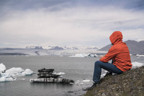 Mature man watching Vatnajokull glacier, Iceland - UUF18714