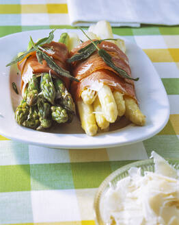 Green and white asparagus wrapped with - PPXF00255