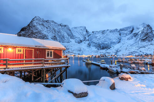 A Rorbu, the typical Norwegian home often built in beautiful places where the nature of the Lofoten Islands is still untouched, Lofoten Islands, Arctic, Norway, Scandinavia, Europe - RHPLF00980