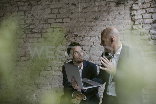Senior and mid-adult businessman having a meeting using laptop - GUSF02430 - Gustafsson/Westend61