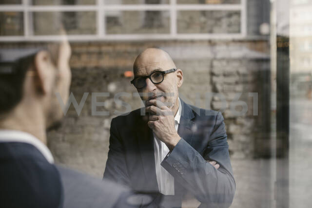 Portrait of senior and mid-adult businessman having a meeting - GUSF02433 - Gustafsson/Westend61