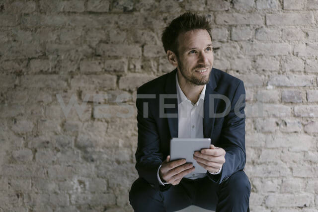 Portrait of smiling businessman holding tablet - GUSF02457 - Gustafsson/Westend61