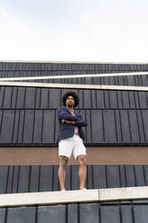 Portrait of stylish man standing on a wall - AFVF03864