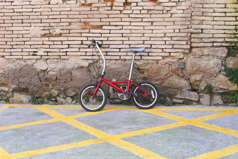 Bicycle leaning against brick wall - RTBF01307