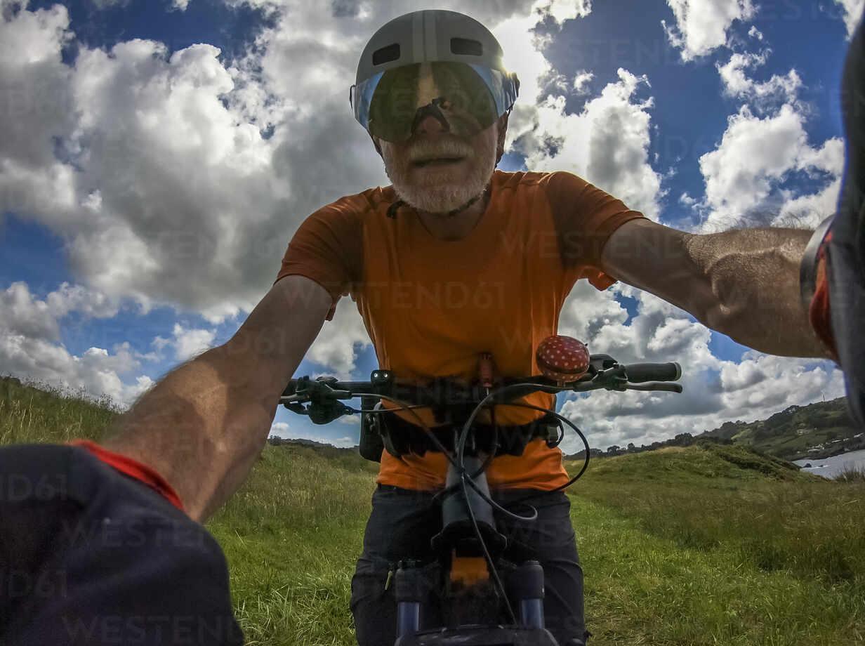 Senior man on mountainbike - LAF02355 - Albrecht Weißer/Westend61