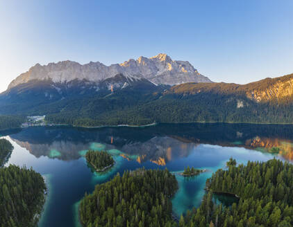 Eibsee mit Wettersteingebirge und Zugspitze im Morgenlicht, bei Grainau, Werdenfelser Land, Luftbild, Oberbayern, Bayern, Deutschland - SIEF08933