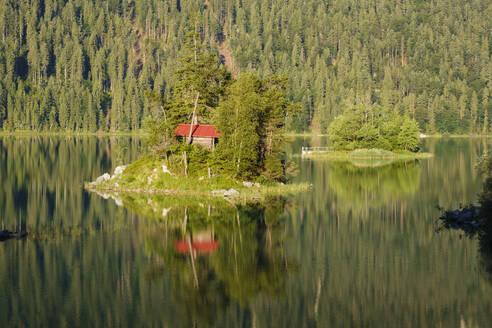 Eibsee mit Insel Sch�nb�hl und Maximilianinsel, bei Grainau, Werdenfelser Land, Oberbayern, Bayern, Deutschland - SIEF08939