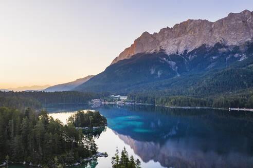 Eibsee mit Eibsee-Hotel und Wettersteingebirge im Morgenlicht, bei Grainau, Werdenfelser Land, Luftbild, Oberbayern, Bayern, Deutschland - SIEF08942