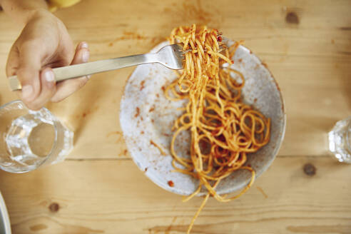 Hand of boy holding fork with spaghetti - MCF00164