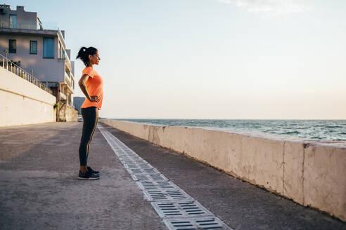 Sportswoman standing on a pier - OYF00028